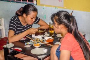 Banh Trang Tron diners