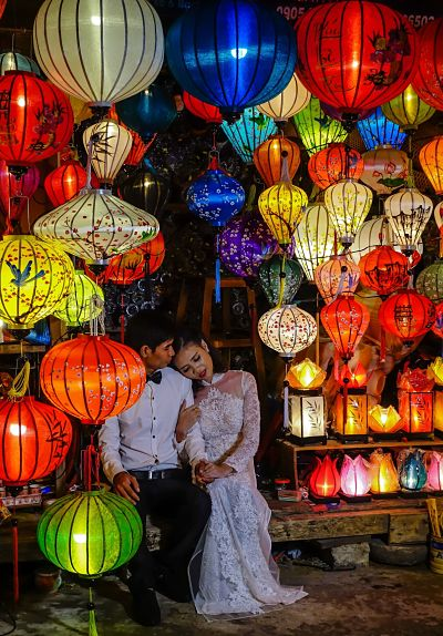 night-market-hoi-an-wedding-couple-2_opt