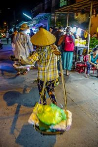night-market-hoi-an-woman-on-the-move_opt