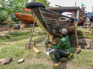 Cam Kim, Hoi An. Boat maintenance