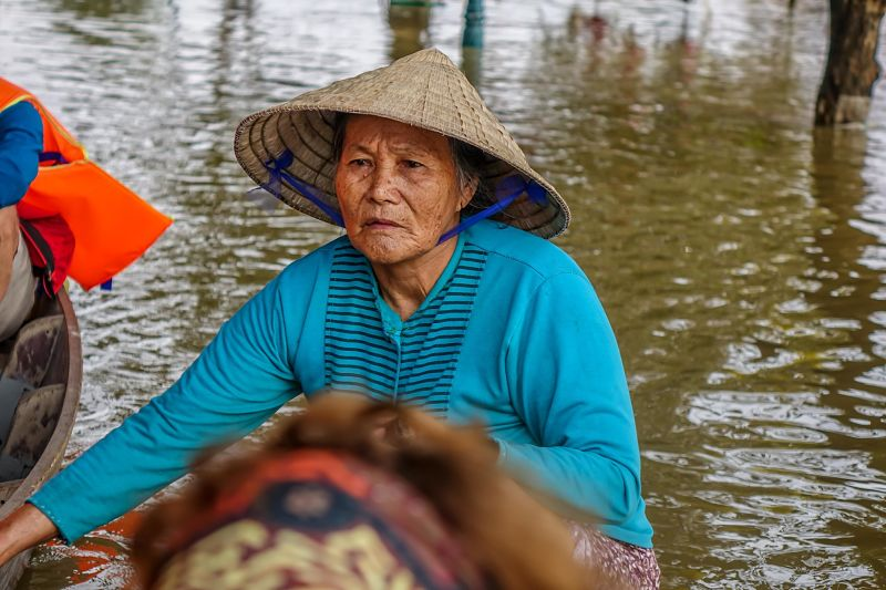 Hoi An Weather, Floods in Hoi An: 2016. Steering the boat