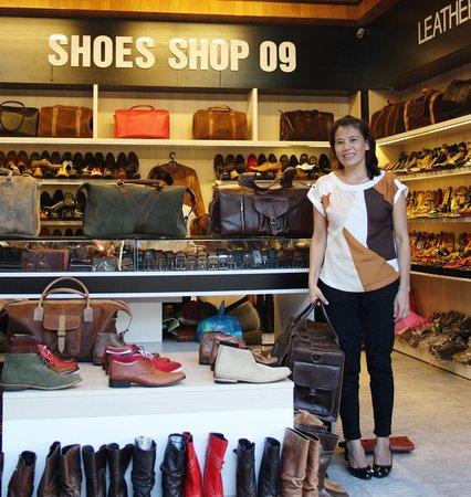 https://media-cdn.tripadvisor.com/media/photo-s/0d/44/1a/f1/ms-tuong-at-09-shoe-shop.jpg