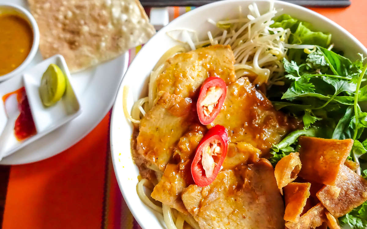 hoi an street food, cao lau, streets restaurant, hoi an, vietnam