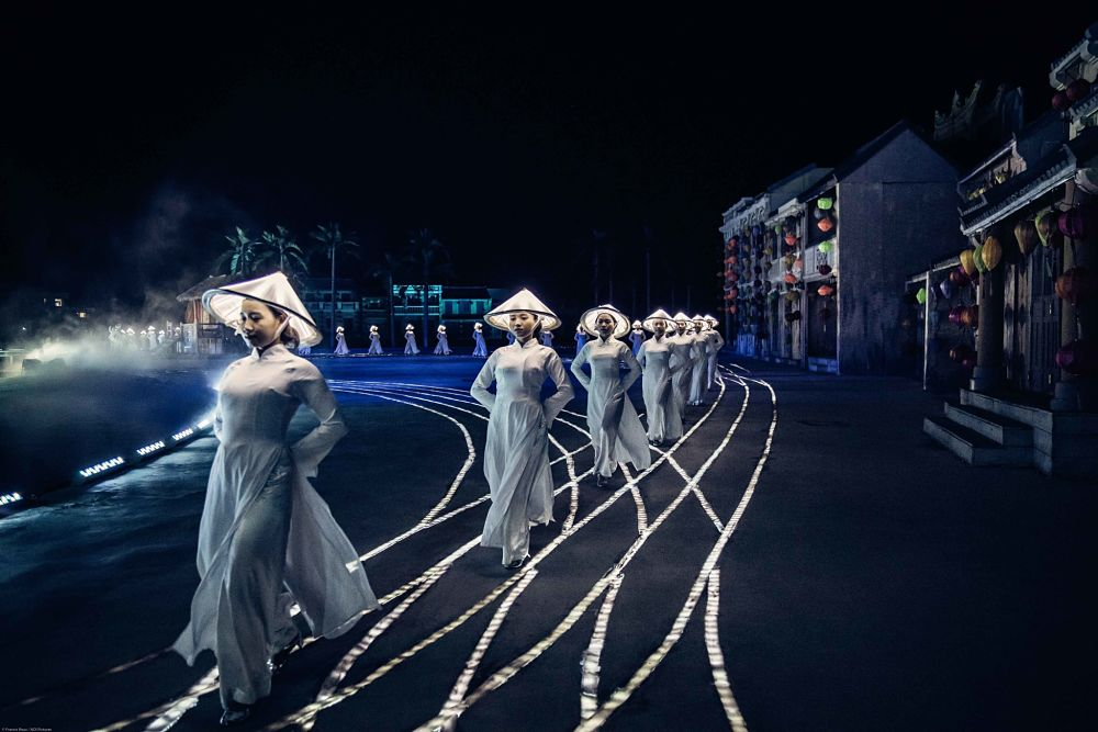 Hoi An Memories Show. Women walking